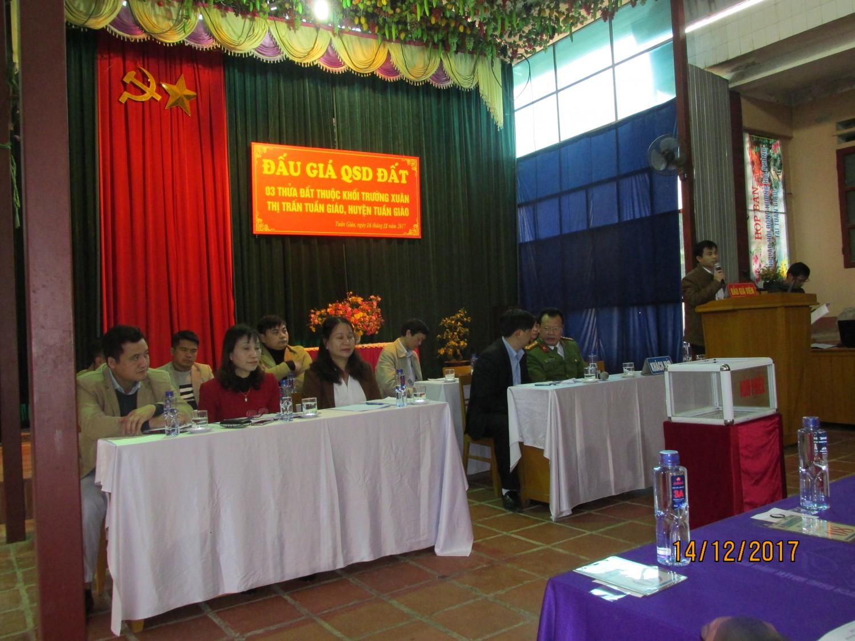 Đ/c Nguyễn Văn Bách giới thiệu khu đất và công bố kết quả xét hồ sơ đủ điều kiện tham gia cuộc đấu giá